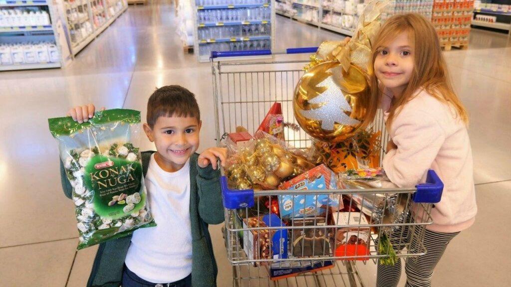 Дети делают покупки